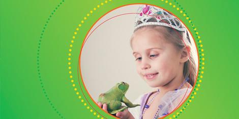 Auf der Bild sehen wir ein Mädchen mit einem Frosch in der Hand